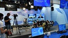 Журналисты во время трансляции пресс-конференции в городском пресс-центре чемпионата мира по футболу FIFA 2018 в Ростове-на-Дону