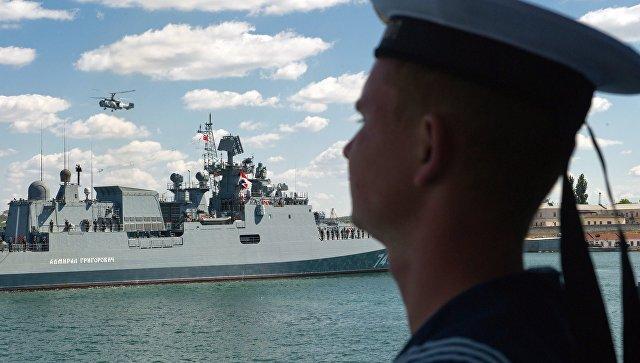 Сторожевой корабль Адмирал Григорович входит в Севастопольскую бухту