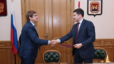 Президент группы компаний Просвещение Владимир Узун и губернатор Калининградской области Антон Алиханов после подписания соглашения