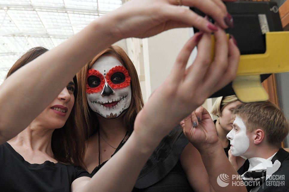 Участник карнавального шествия, проходящего в рамках празднования традиционного мексиканского праздника День мертвых, в Москве