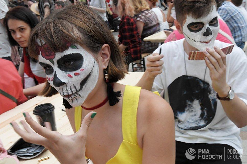 Участники карнавального шествия, проходящего в рамках празднования традиционного мексиканского праздника День мертвых, в Москве