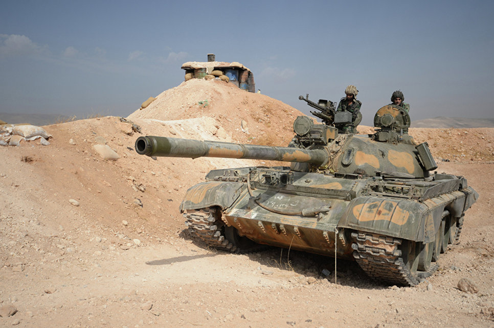 Экипаж танка 10-й дивизии 2-го корпуса Сирийской Арабской Армии (САА) на боевом дежурстве на позиции у города Катана в провинции Дамаск.