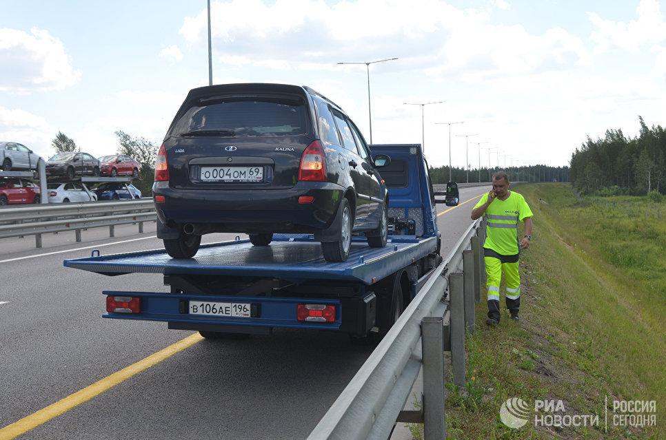 Эвакуация сломанного автомобиля на трассе М11.
