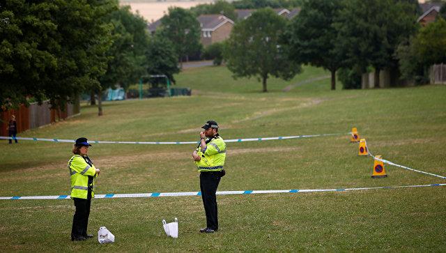 Полицейские недалеко от здания Баптистской церкви в британском Эймсбери после госпитализации двух человек из-за отравления
