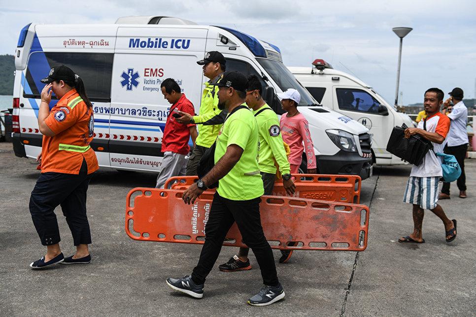 Спасатели на месте катастрофы туристической лодки на Пхукете, Таиланд. 5 июля 2018