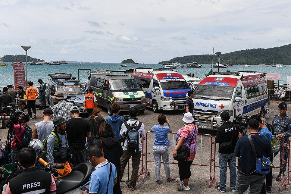 Спасатели и скорая помощь на место катастрофы туристической лодки на Пхукете, Таиланд. 6 июля 2018
