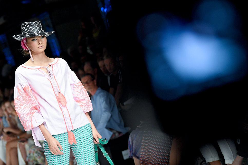 Модель во время показа коллекции Maison Common на Неделе моды в Берлине. 4 июля 2018 год