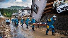 Спасатели в районе наводнения в Кумано, префектура Хиросима, Япония. Архивное фото