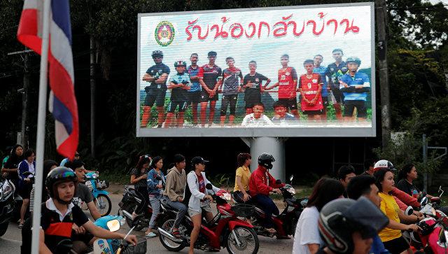 Баннер с надписью Добро пожаловать домой, мальчики размещенный в Таиланде после начала спасательных работ  в пещере Тхам Луанг. 9 июля 2018