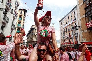 Участники фестиваля Сан-Фермин в Памплоне, Испания. 6 июля 2018 года