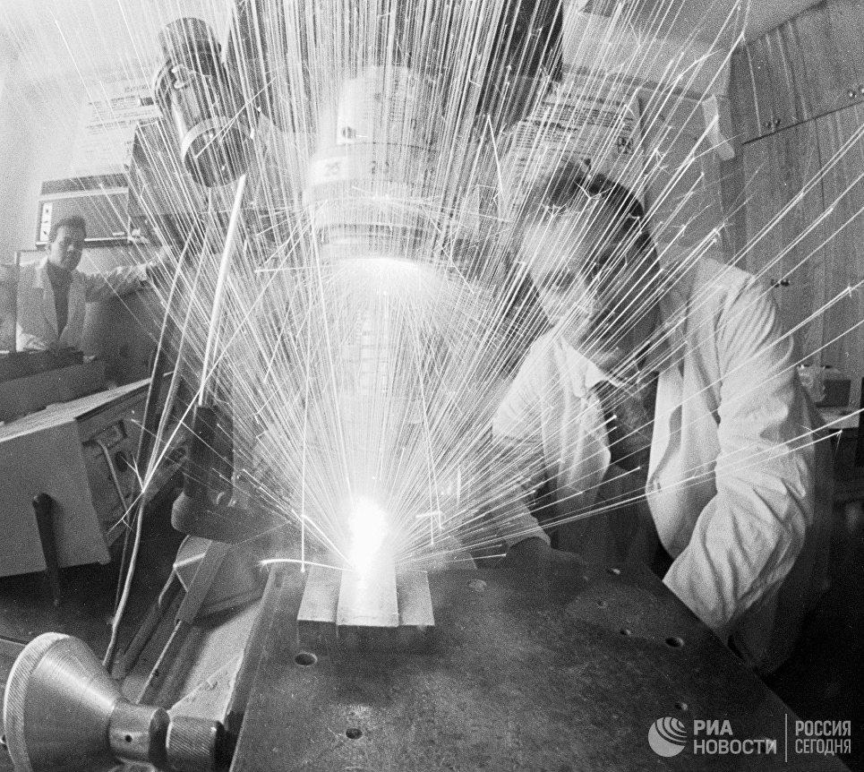 Инженеры делают отверстия в деталях композитов с помощью лазера
