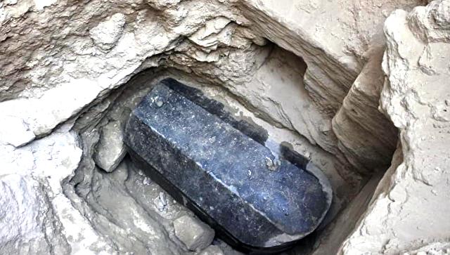 Огромный черный саркофаг, обнаруженный под зданием в районе города Александрия. Архивное фото