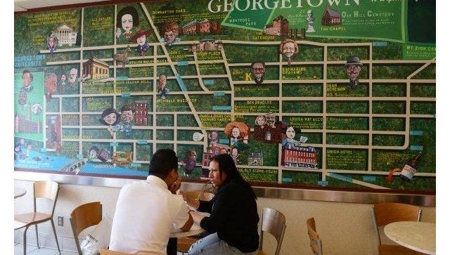 Посетители в кафе у карты-схемы района Джорджтаун в Вашингтоне (округ Колумбия)