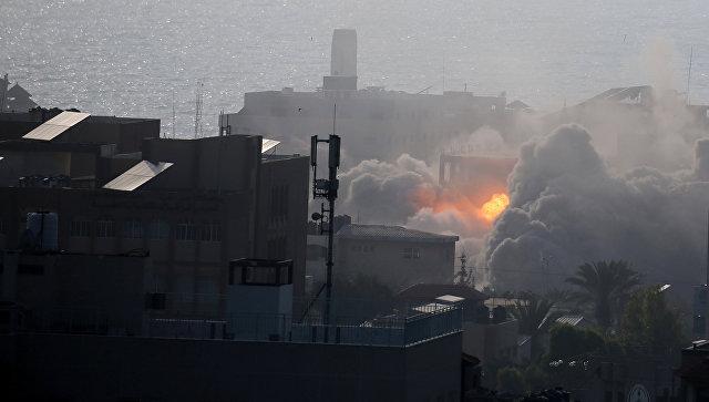 Взрыв здания после израильского авиаудара по городу Газа. 14 июля 2018