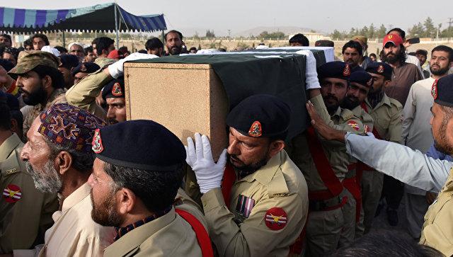 Солдаты армии Пакистана с гробом Сирай Райсани, кандидата в провинциальную ассамблею от партии Белуджистан Авами, который был убит в результате теракта в пятницу. 14 июля 2018