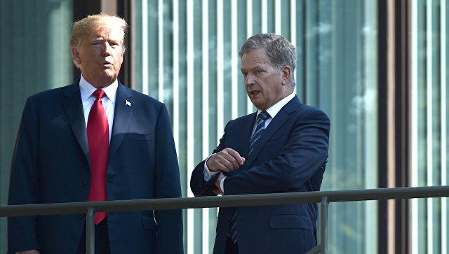 Президент США Дональд Трамп и президент Финляндии Саули Ниинистё беседуют на балконе президентского дворца в Хельсинки. 16 июля 2018