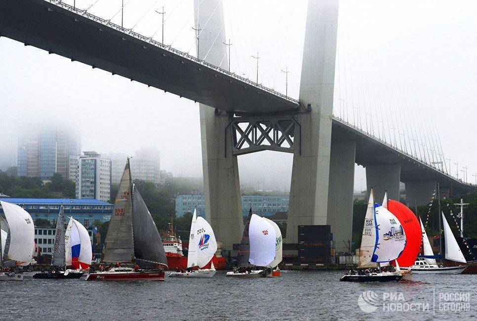 Старт гонки крейсерских яхт под вантовым мостом через бухту Золотой Рог во Владивостоке