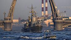 Малый ракетный корабль Серпухов на репетиции парада в честь Дня Военно-морского флота в акватории Невы в Санкт-Петербурге