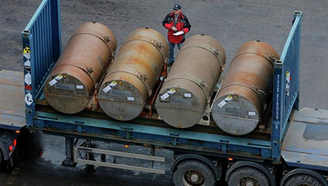 Бочки с ураном в порту Санкт-Петербурга. Архивное фото