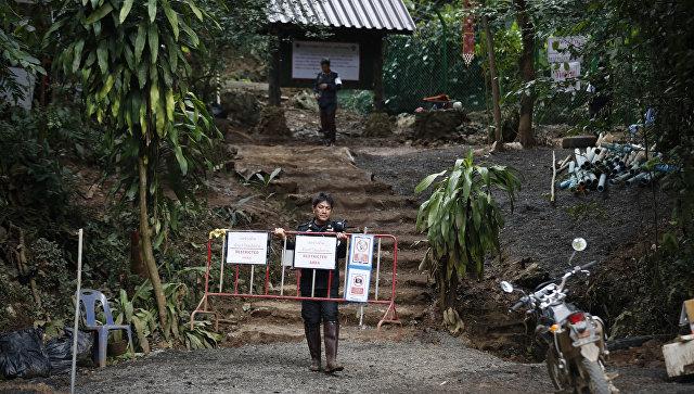 Полиция на посту около пещерного комплекса Тхам Луанг после завершения спасательной миссии в футбольной команды Дикие кабаны и их тренера, Таиланд. 15 июля 2018