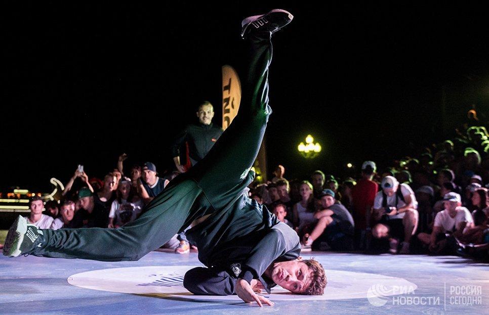 Танцоры во время чемпионата мира по брейк-дансу CrimeaBreakDanceWorldCup в рамках фестиваля Yalta Summer Jam в Ялте