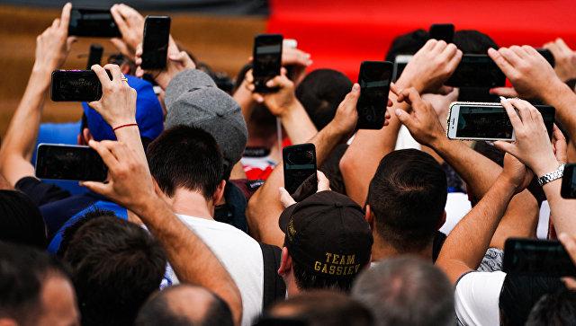 Зрители с мобильными телефонами