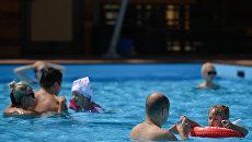 Люди купаются на городском пляже Порт на ВДНХ в Москве
