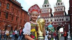 Болельщица с кубком на Манежной площади в Москве. Архивное фото