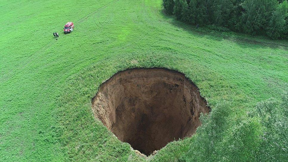 Огромный карстовый провал диаметром 32 метра и глубиной 50 метров на фермерском поле в Шатковском районе Нижегородской области