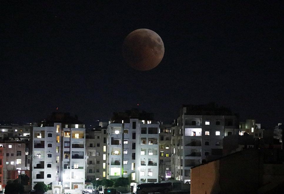 Луна во время лунного затмения над Идлибом, Сирия. 27 июля 2018