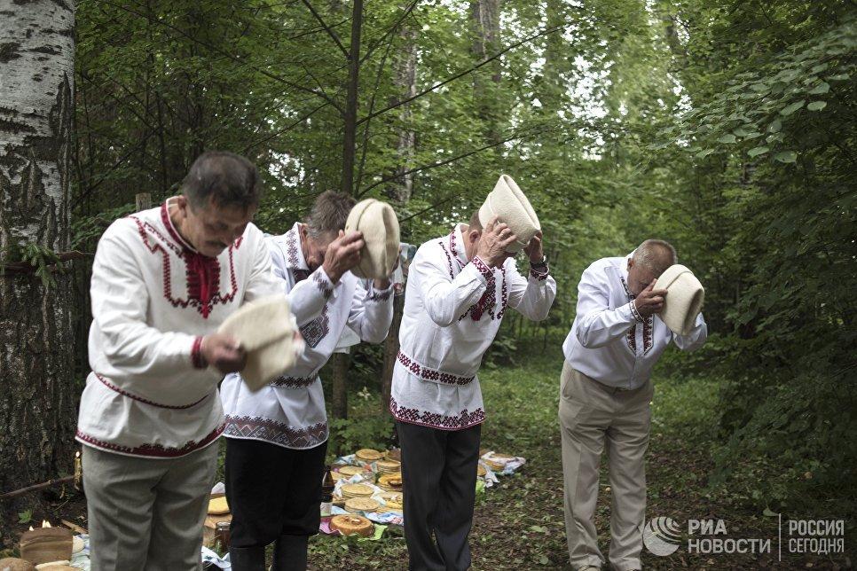 Жители села Шоруньжа во время молитвы очищения у священного дерева (онапу) на празднике Сярем.