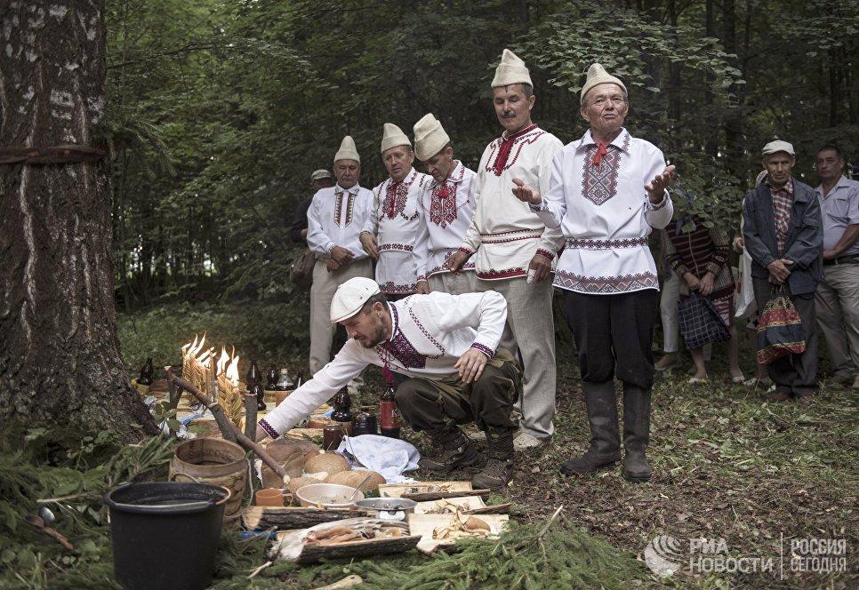 Жители села Шоруньжа раскладывают приготовленные угощения богам на празднике Сярем.