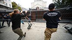 Активисты националистических организаций во время беспорядков у посольства России в Киеве. Архивное фото