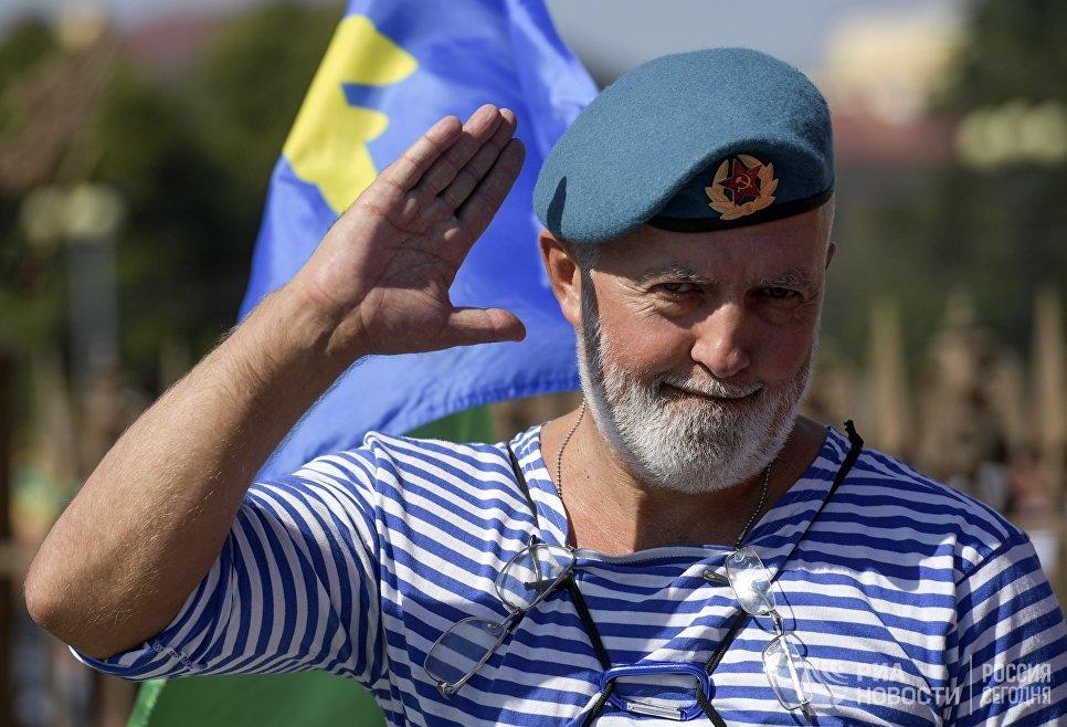 Служащий Воздушно-десантных войск на Дворцовой площади в Санкт-Петербурге