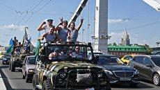 Участники празднования дня ВДВ на Крымском мосту в Москве