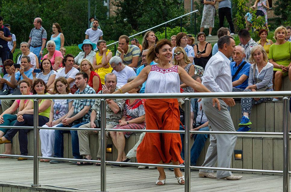 Открыл концертную программу Гусарский марш, музыкальную вахту подхватили старинный вальс Березка, зажигательная Цыганочка и вальс Лесная сказка