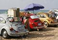 Старые автолюбители Volkswagen на пляже в южном ливанском городе Накура. 5 августа 2018 года