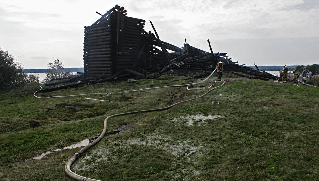 Сотрудники противопожарной службы у сгоревшего здания церкви Успения Божией Матери. Архивное фото
