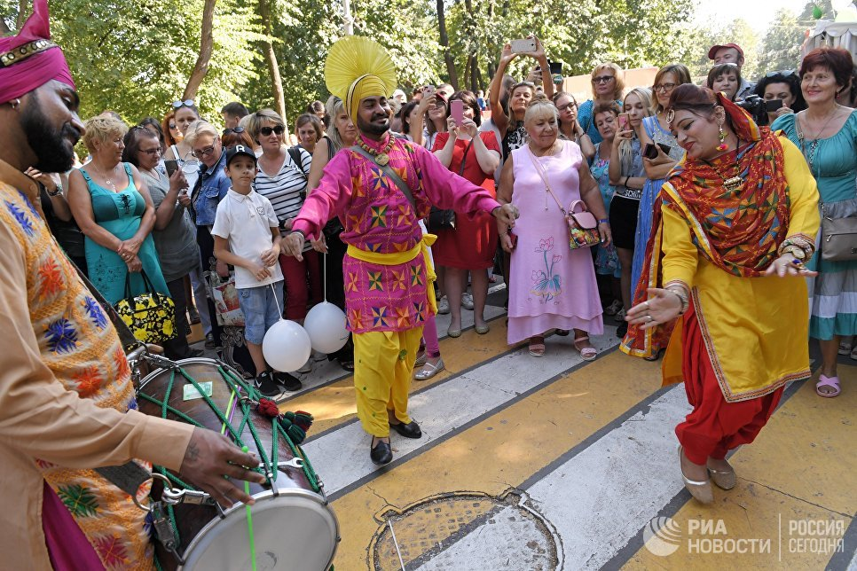 Участники фестиваля индийской культуры, посвященного Дню независимости Индии, в парке Сокольники в Москве