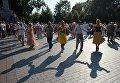 Отдыхающие танцуют на выступлении оркестра у Итальянского грота в Александровском саду в Москве в рамках программы Военные оркестры в парках. 18 августа 2018