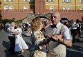 Отдыхающие танцуют на выступлении оркестра у Итальянского грота в Александровском саду в Москве в рамках программы Военные оркестры в парках. 18 августа 2018Закрытие программы Военные оркестры в парках