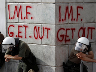 Сотрудники греческих спецслужб во время протестов, связанных с финансовым кризисом, в Афинах. 5 мая 2010