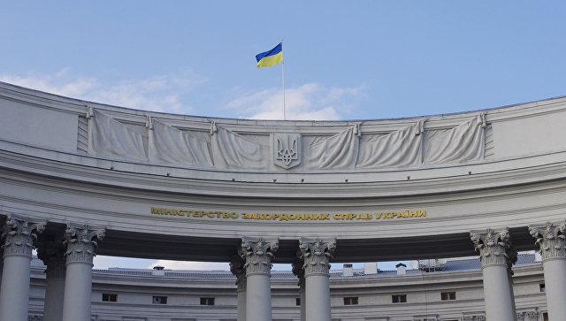 Государственный флаг на здании министерства иностранных дел Украины в Киеве. Архивное фото