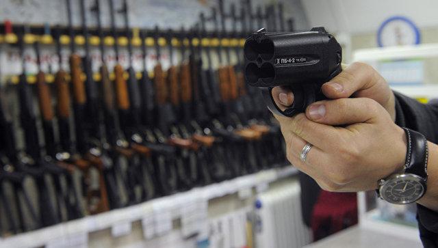 Покупатель осматривает травматический пистолет Оса в одном из оружейных магазинов Москвы. Архивное фото