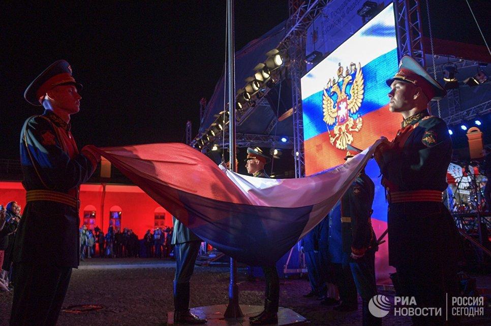 Военнослужащие роты почетного караула на торжественной церемонии поднятия государственного флага РФ в рамках мероприятий, посвященных празднованию Дня российского флага в Санкт-Петербурге