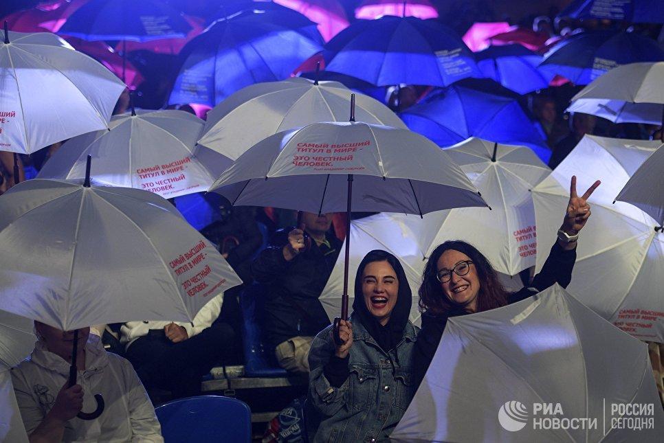 Посетители на торжественной церемонии поднятия государственного флага РФ в рамках мероприятий, посвященных празднованию Дня российского флага в Санкт-Петербурге