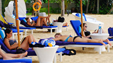 Туристы отдыхают на пляже Таиланда