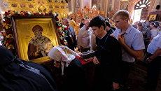 Верующие стоят в очереди к мощам святителя Спиридона Тримифунтского. Архивное фото