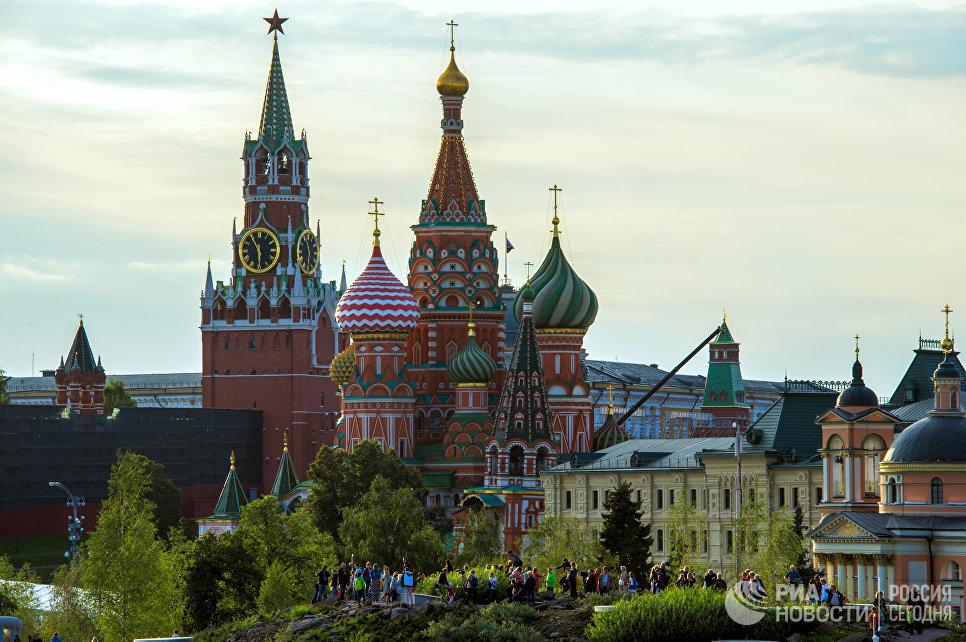 Посетители на территории природно-ландшафтного парка Зарядье в Москве