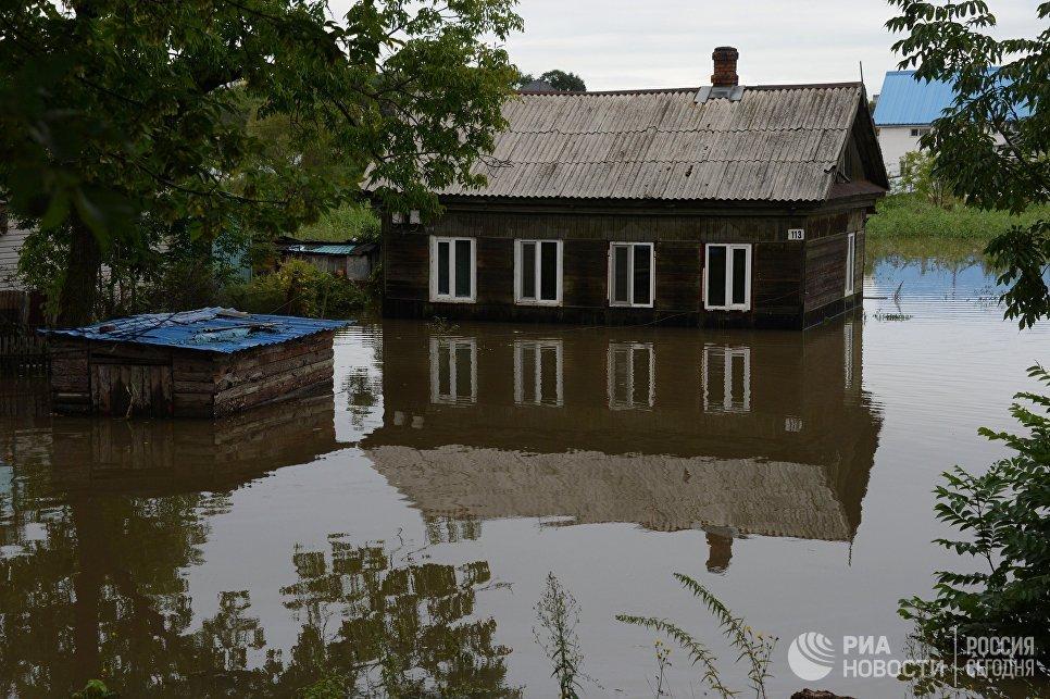 Здание, затопленное в результате паводка, в Уссурийске. 27 августа 2018